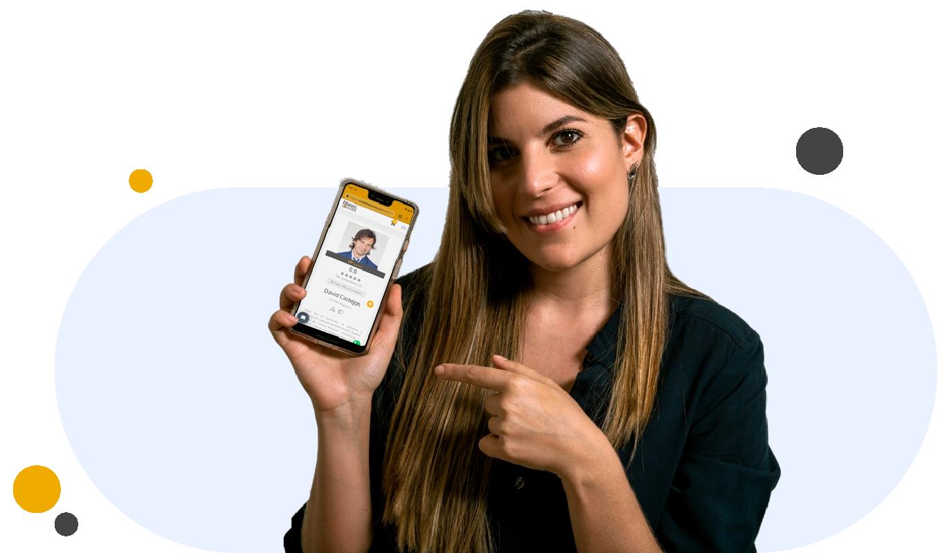 mujer sosteniendo un celular